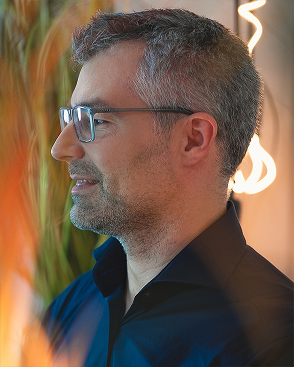 Tobias Theel ist Speaker, Berater und Coach und motiviert und unterstützt bei der erfolgreichen Umsetzung neuer Ideen.